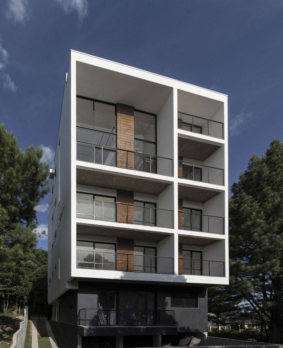 Enmarcando el paisaje edificio residencial quattro for Departamentos minimalistas fachadas