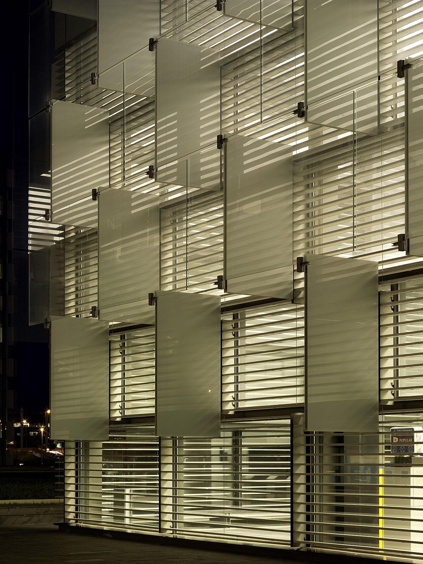 Sede de telef nica rafael de la hoz metalocus for Parasoles arquitectura