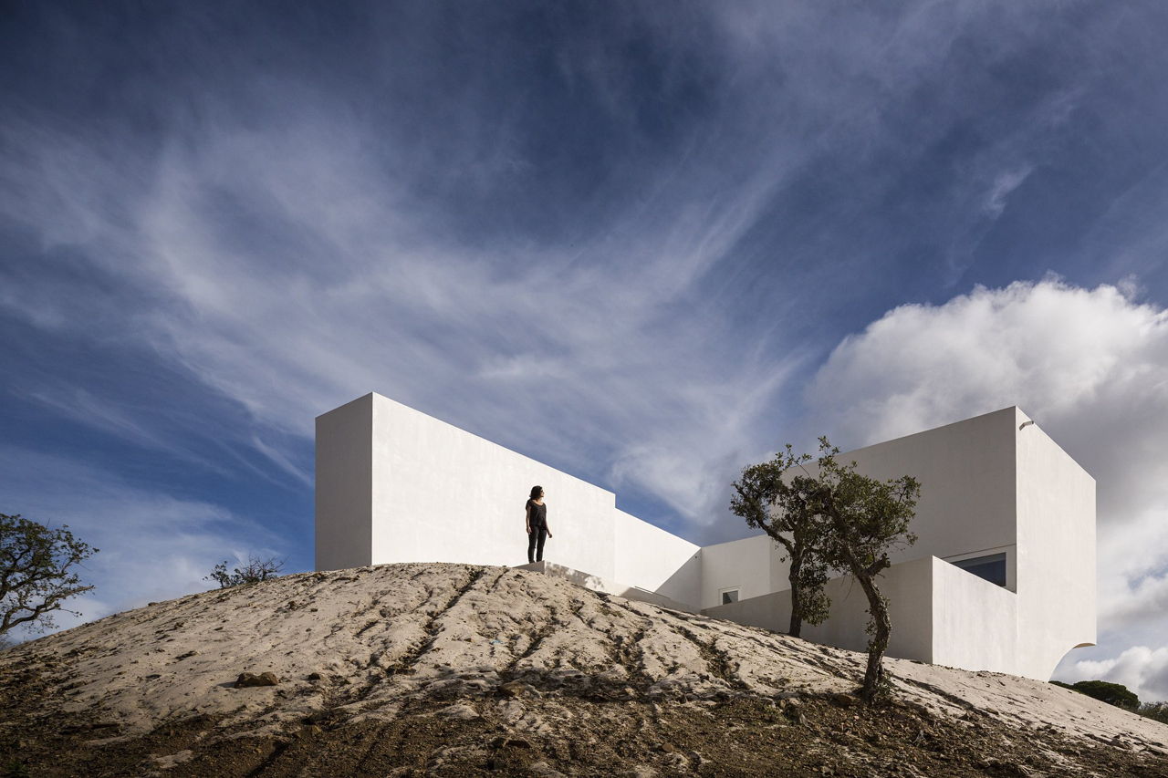 White on the hill house in fontinha by manuel aires for Da architecture
