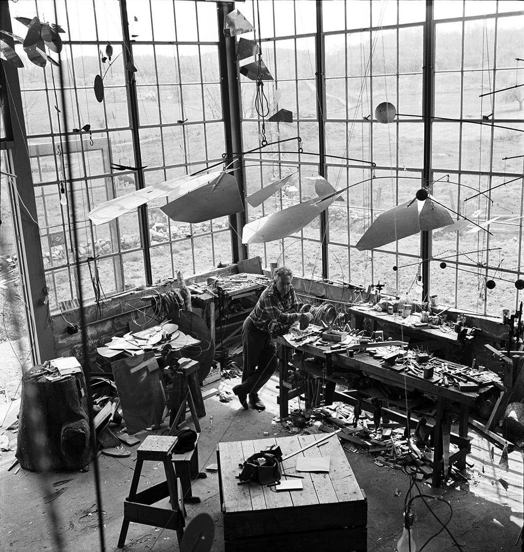 Alexander Calder en su estudio Roxbury, 1941. Fotografía © Foundación Calder, Nueva York / Art Resource, NY © 2015. Calder Foundation, Nueva York / DACS, Londres