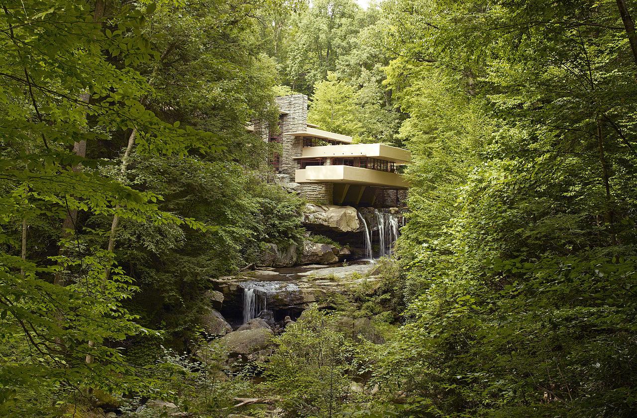 Vista lejana de integración con el entorno. Casa de la Cascada por Frank Lloyd Wright. Fotografía © Carol M. Highsmith