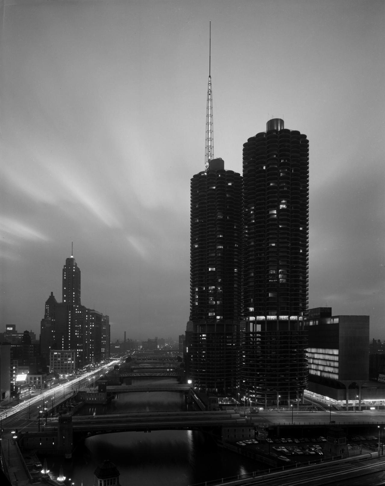 Crepúsculo en las torres, Marina City, Chicago, IL, c. 1965. Fotografía © Hedrich Blessing Archive, Chicago History Museum