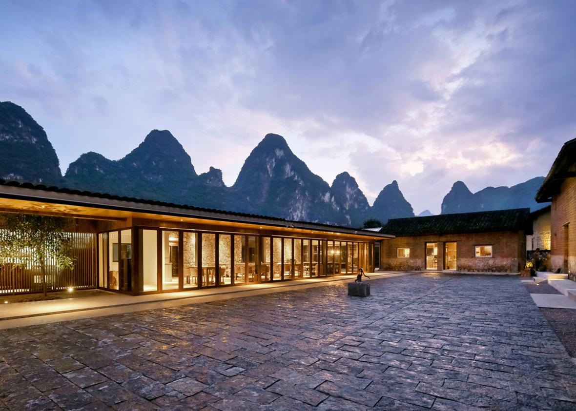 Vista nocturna. Hotel Yun Lu por Atelier Liu Yuyang. Fotografía © Su Shengliang