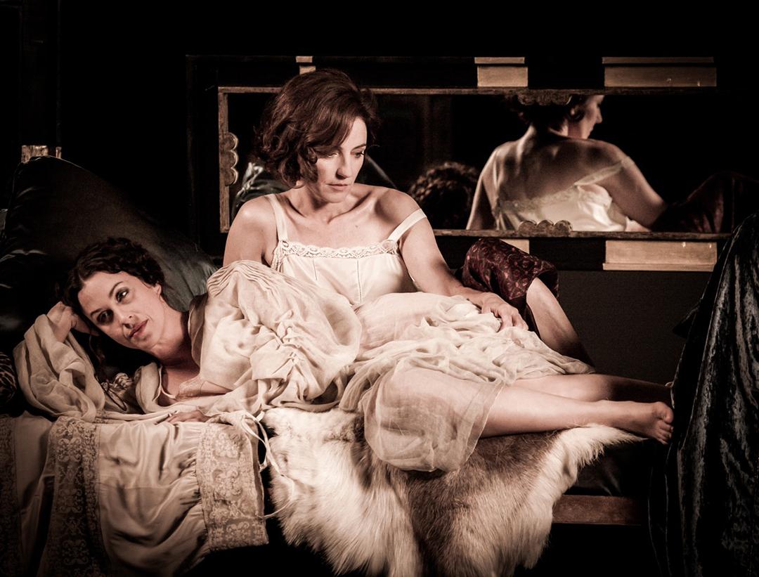 Orla Brady y Alanis Morissette en The Price of Desire. Fotografía de Julian Lennon © 2013