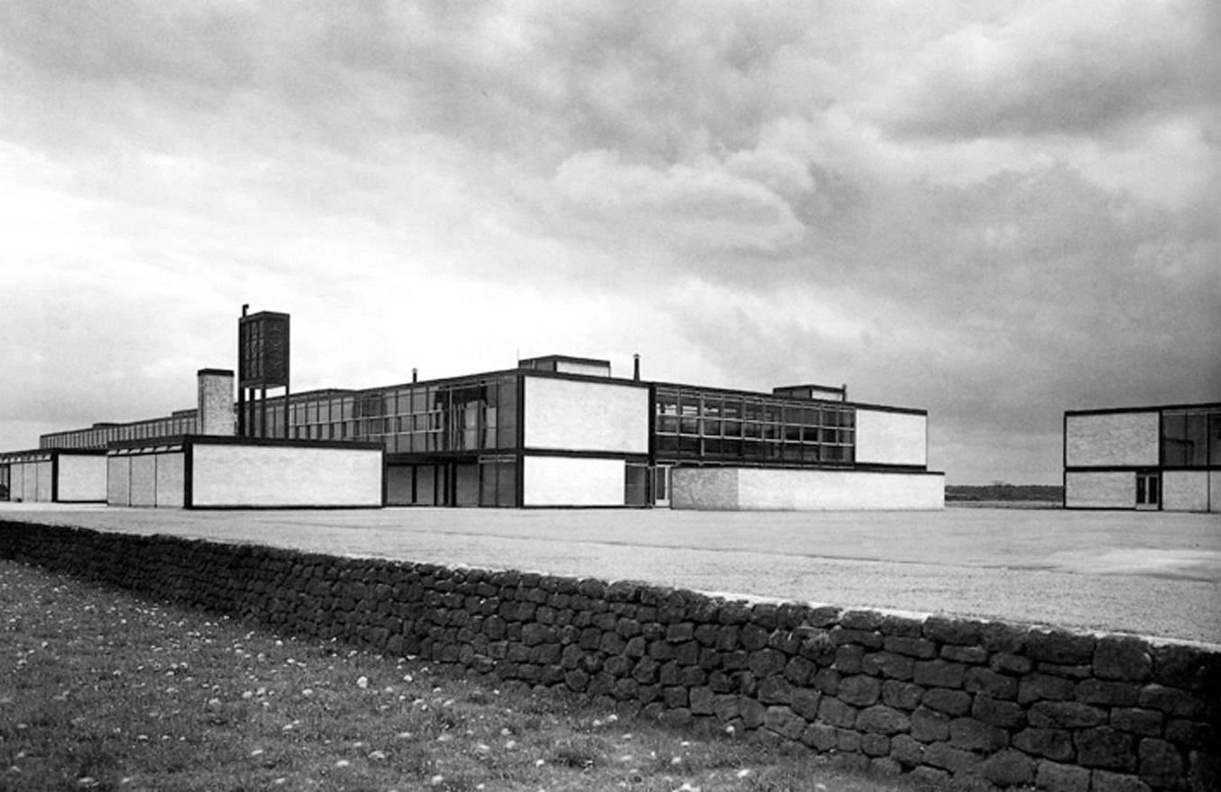 Alison y Peter Smithson, Escuela Moderna Secundaria, Hunstanton (1949-54), Alison y Peter Smithson, The Charged Void: Architecture, New York 2001; S. 56.