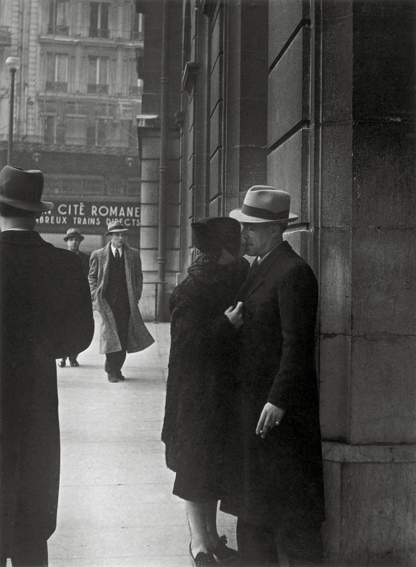 Brassaï. Lovers at the Gare Saint-Lazare. c. 1937. 23,6 x 17,3 cm [Plaisirs 143] Estate Brassaï Succession, Paris. © Estate Brassaï Succession, Pari