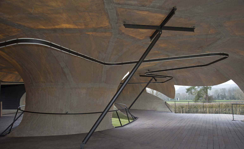 Visión interior. El Serpentine Pavilion 2014 de Smiljan Radić en Hauser & Wirth Somerset. Imagen cortesía de Hauser & Wirth Somerset