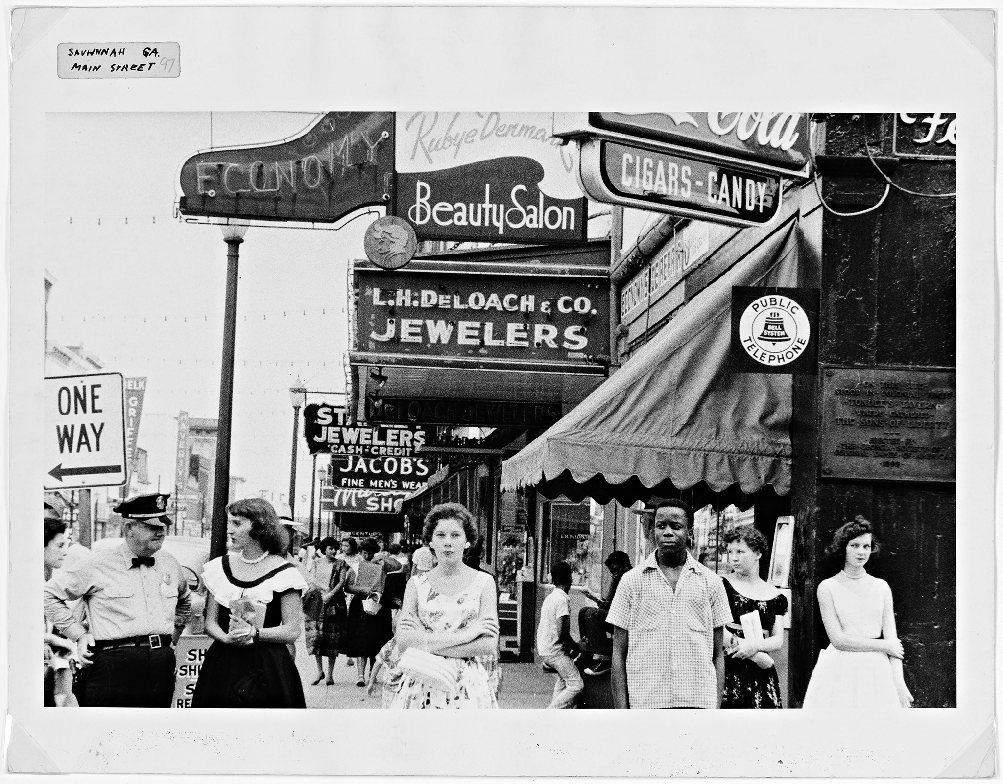 Robert Frank, Main Street - Savannah, Georgia, 1955. Impresión Gelatina de plata. Donación de Raymond B. Gary, 1984.493.44 © Robert Frank