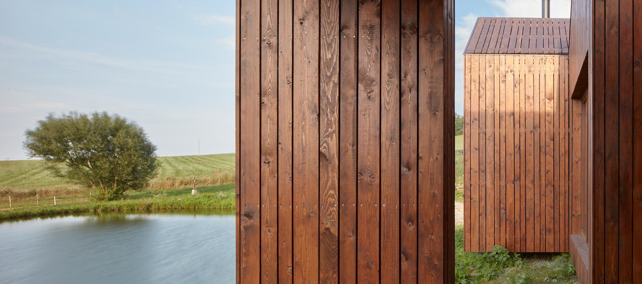 Vivienda mínima en la orilla de un pequeño estanque por Jiří Weinzettl. Fotografía por Jakub Skokan, Martin Tůma / BoysPlayNice