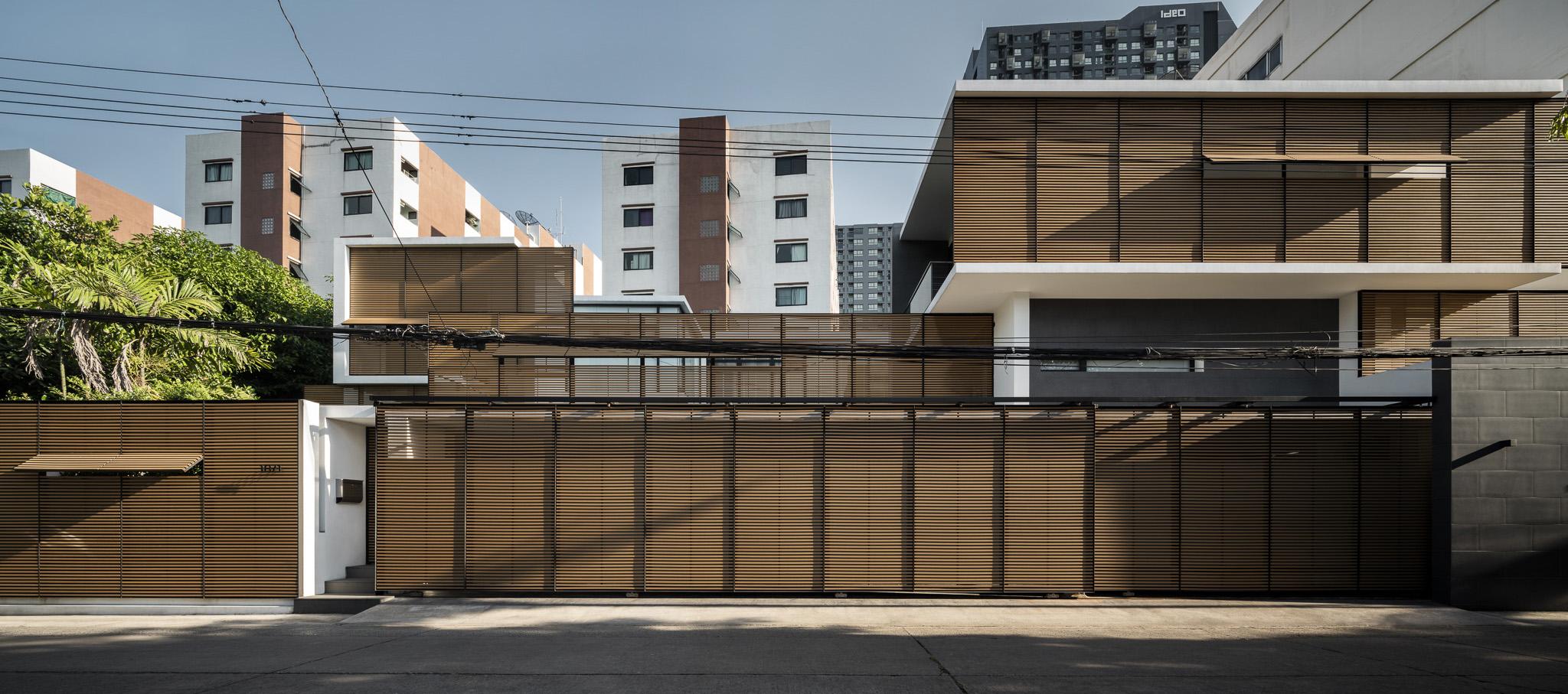 Vivienda Sukhumvit 91 por Archimontage Design Fields Sophisticated. Fotografía por Chalermwat Wongchompoo