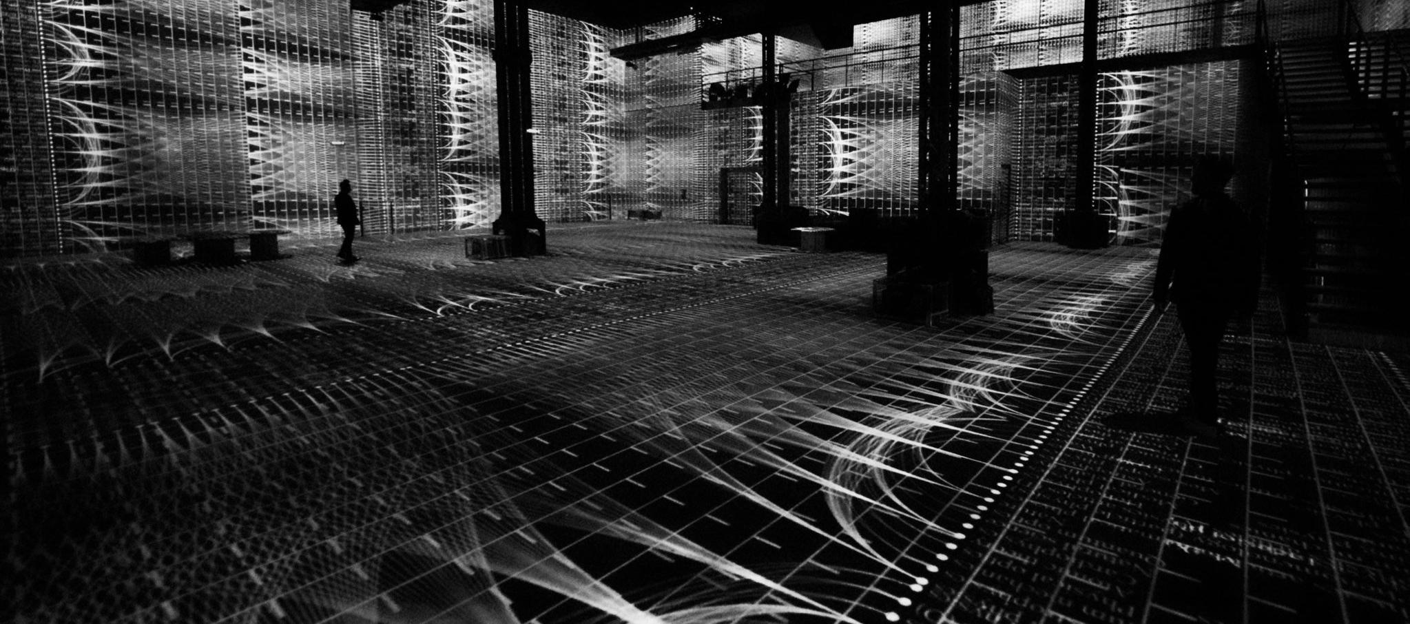 """POETIC AI"" por  Ouchhh. 20 milliones de lineas de texto, 50K pixel, 136 proyectores..."