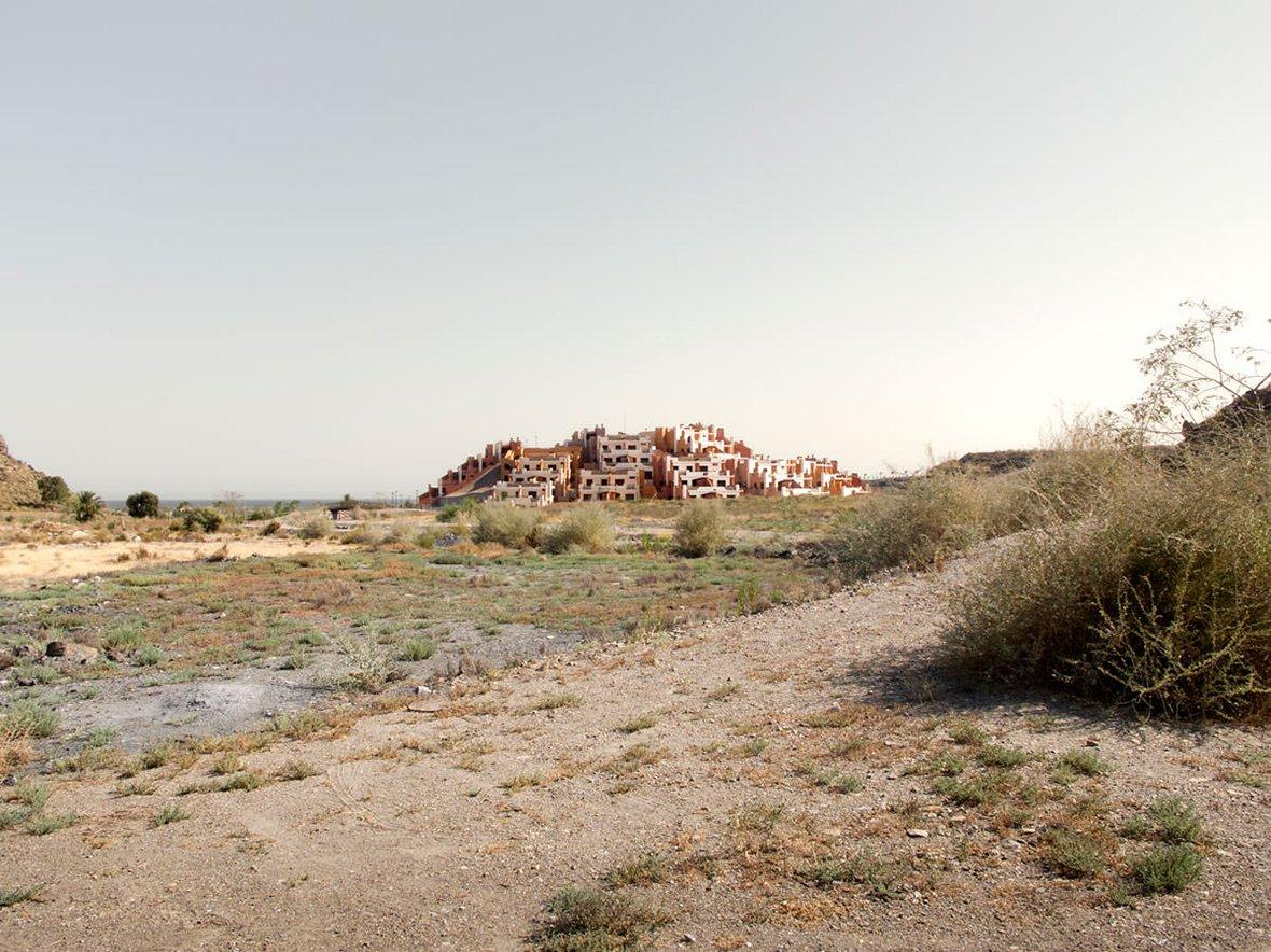 """Imagen del libro """"Ruinas Modernas. Una topografía de lucro."""" por Julia Schulz-Dornburg. Imagen cortesía de la autora"""