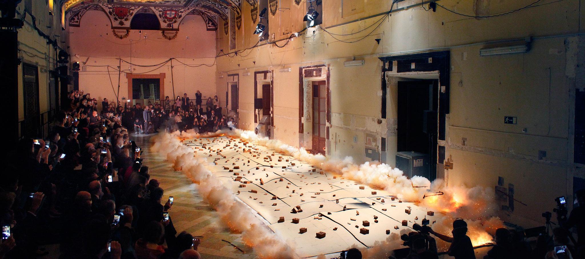 Ignición durante la creación con pólvora del Espíritu de la pintura en el Salón de Reinos. Madrid, 2017. Fotografía © Museo Nacional del Prado