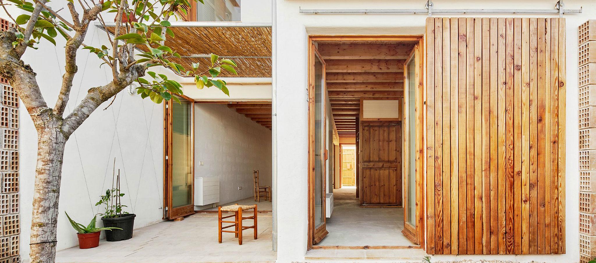 Vista del patio. Vivienda social en Formentera. Proyecto de Adaptación al Cambio Climático financiado por la Unión Europea. Fotografía por José Hevia