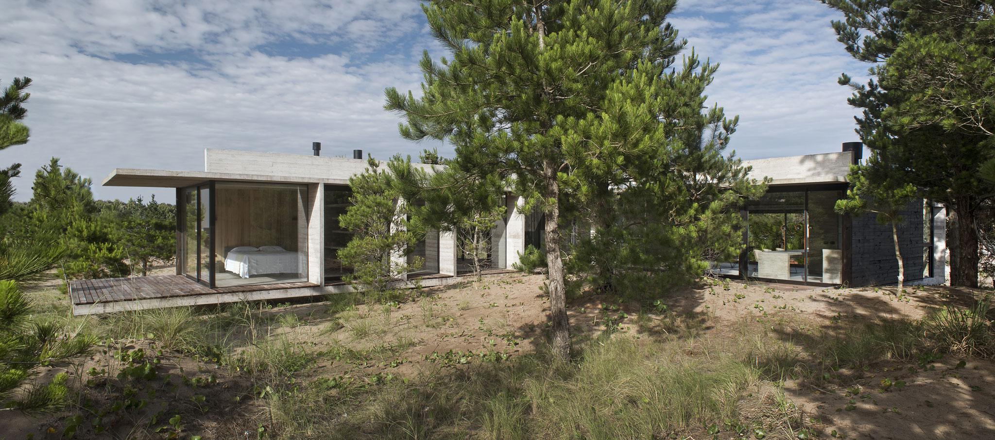Vista exterior. Casa Ecuestre por Luciano Kruk arquitectos. Cortesía de Luciano Kruk arquitectos