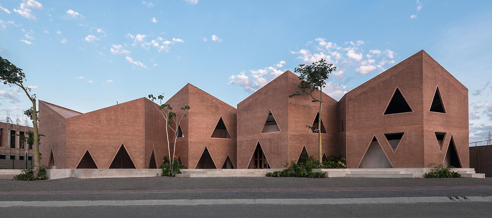 Colegio María Montessori por EPArquitectos y Estudio Macías Peredo. Fotografía © Onnis Luque