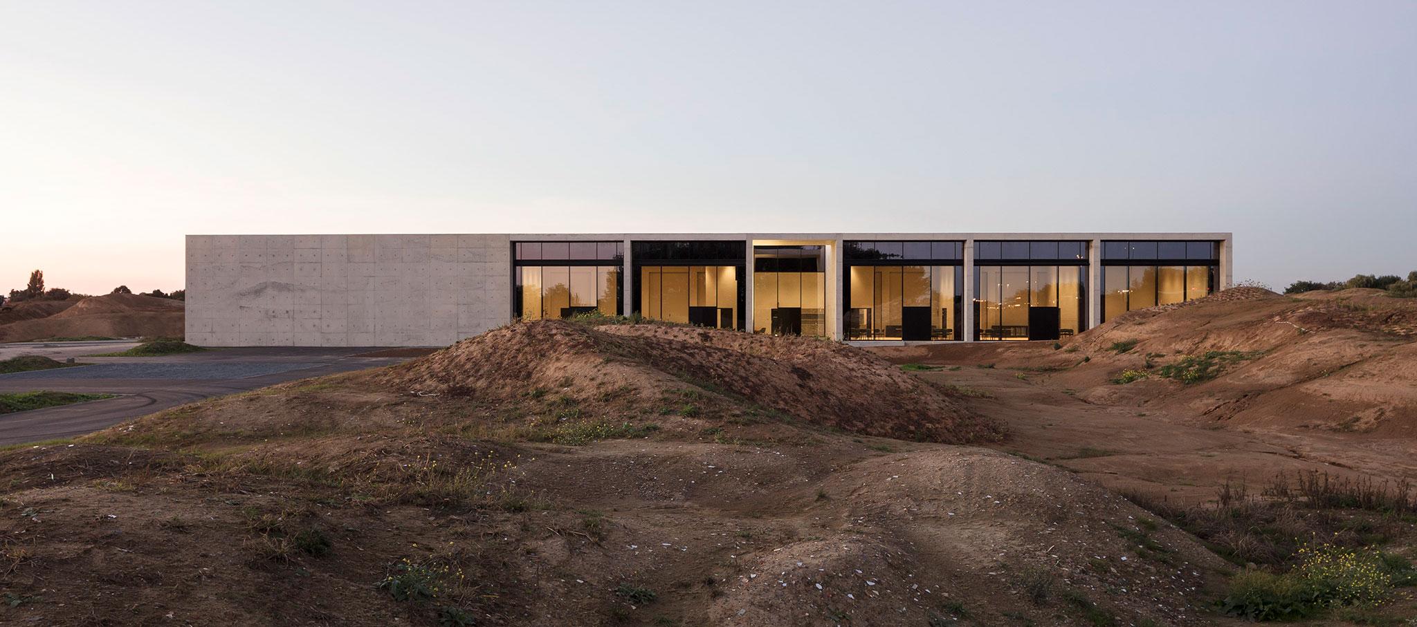 Crematorio Siesegem por KAAN Architecten. Fotografía por Sebastian van Damme