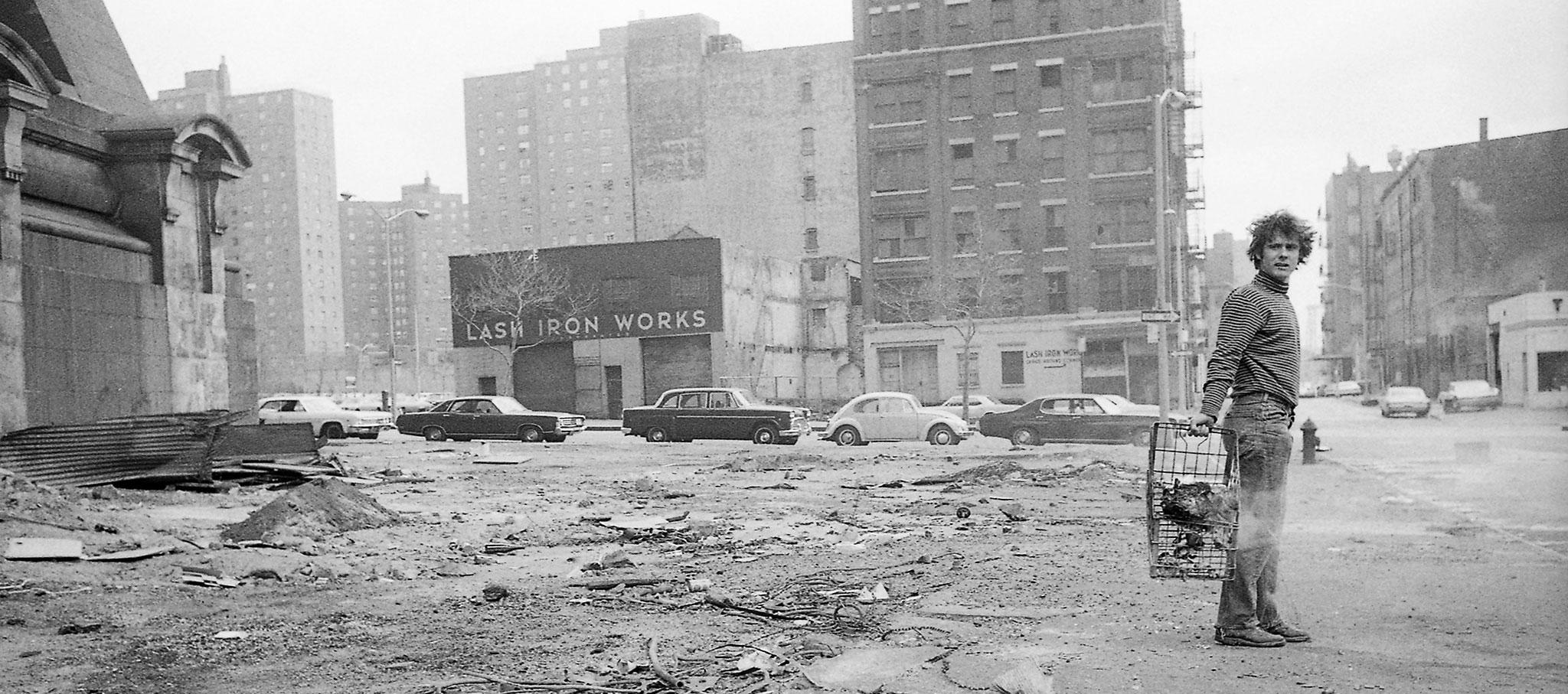 Gordon Matta-Clark creando un Muro de basura debajo del Puente de Brooklyn en 1970. © The Estate of Gordon Matta-Clark. © The Estate of Gordon Matta-Clark / Artists Rights Society (ARS), Nueva York Cortesía The Estate of Gordon Matta-Clark y David Zwirner