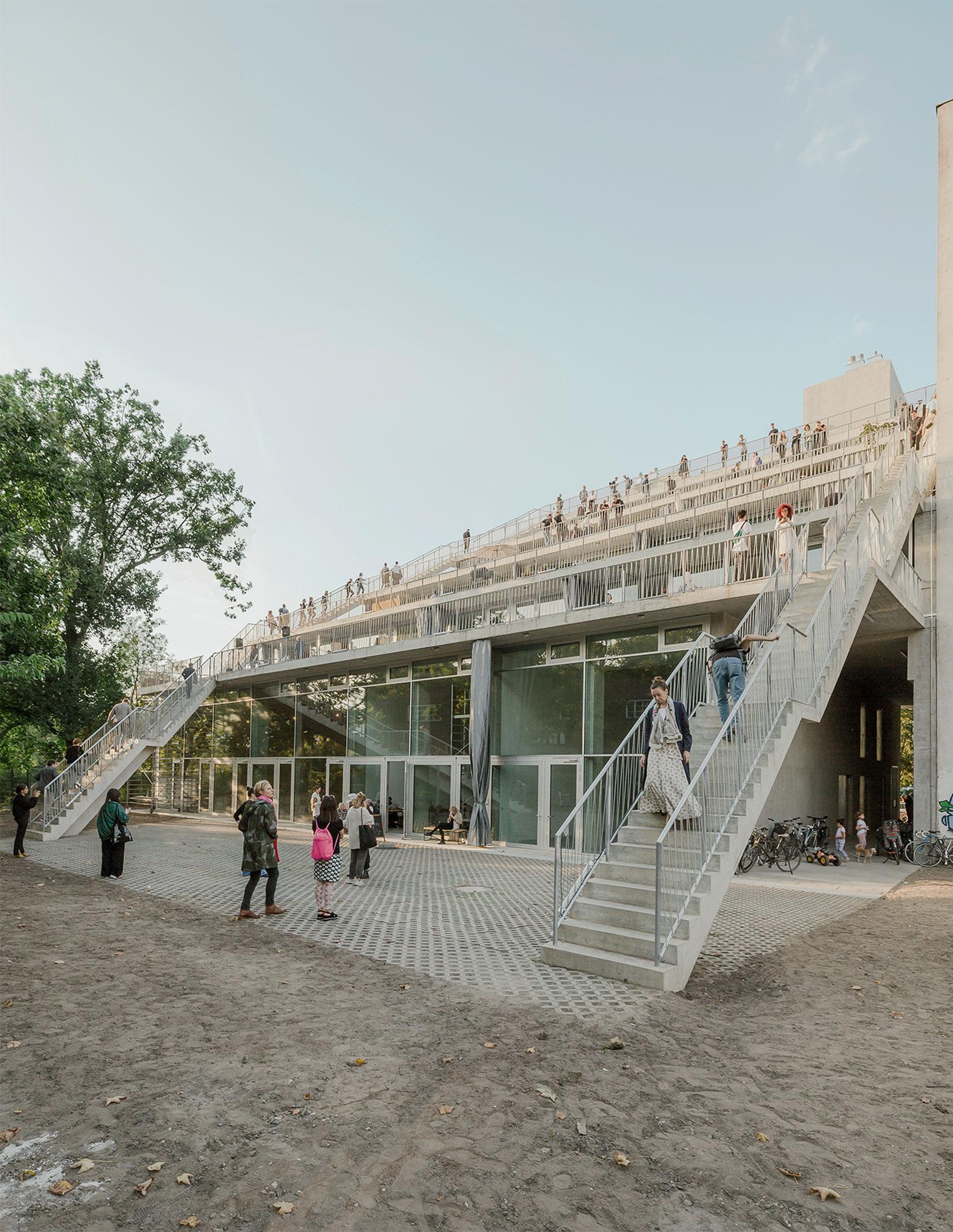 Terrassenhaus Berlín por Brandlhuber + Emde, Burlon + Muck Petzet. Fotografía por Erica Overmeer
