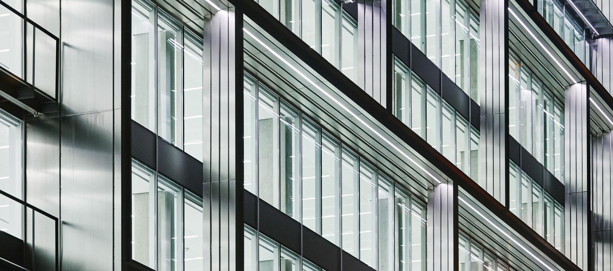 Detail façade. 'Discovery Building' by Estudio Lamela. Photography by Daniel Schäfer