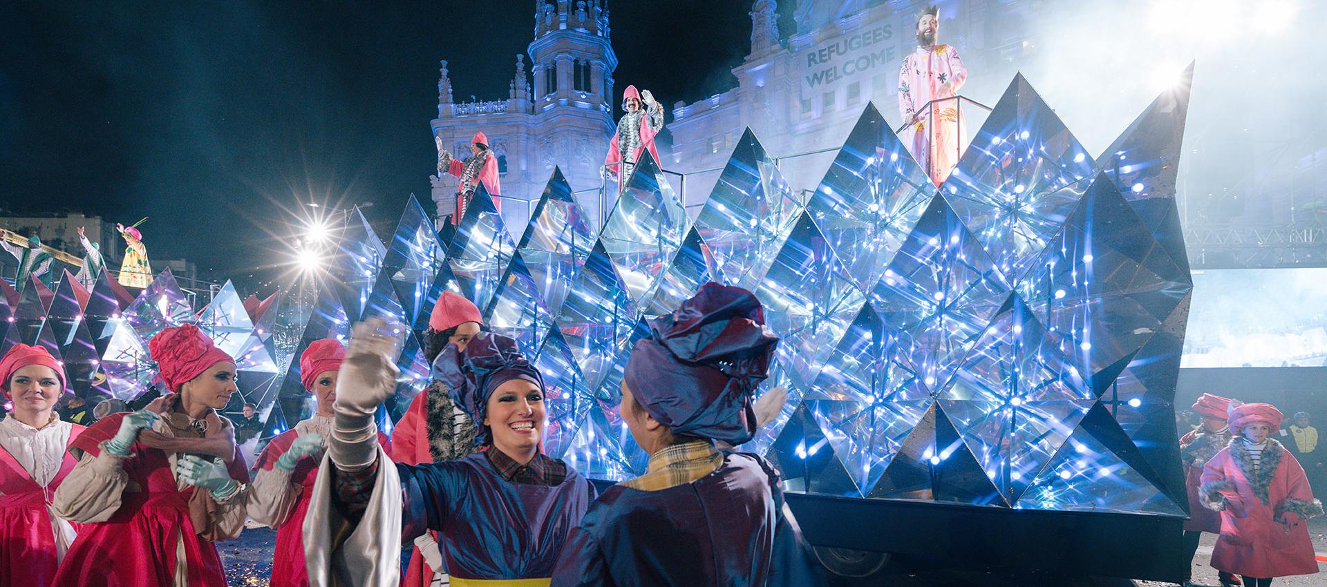 Una de las 3 Carrozas de los Reyes magos, la de Gaspar, durante la Cabalgata 2016 del Ayuntamiento de Madrid. Al fondo carroza de Melchor. Por Elii. Fotografía © Miguel de Guzmán + Rocío Romero. Imagen cortesía de Imagen Subliminal