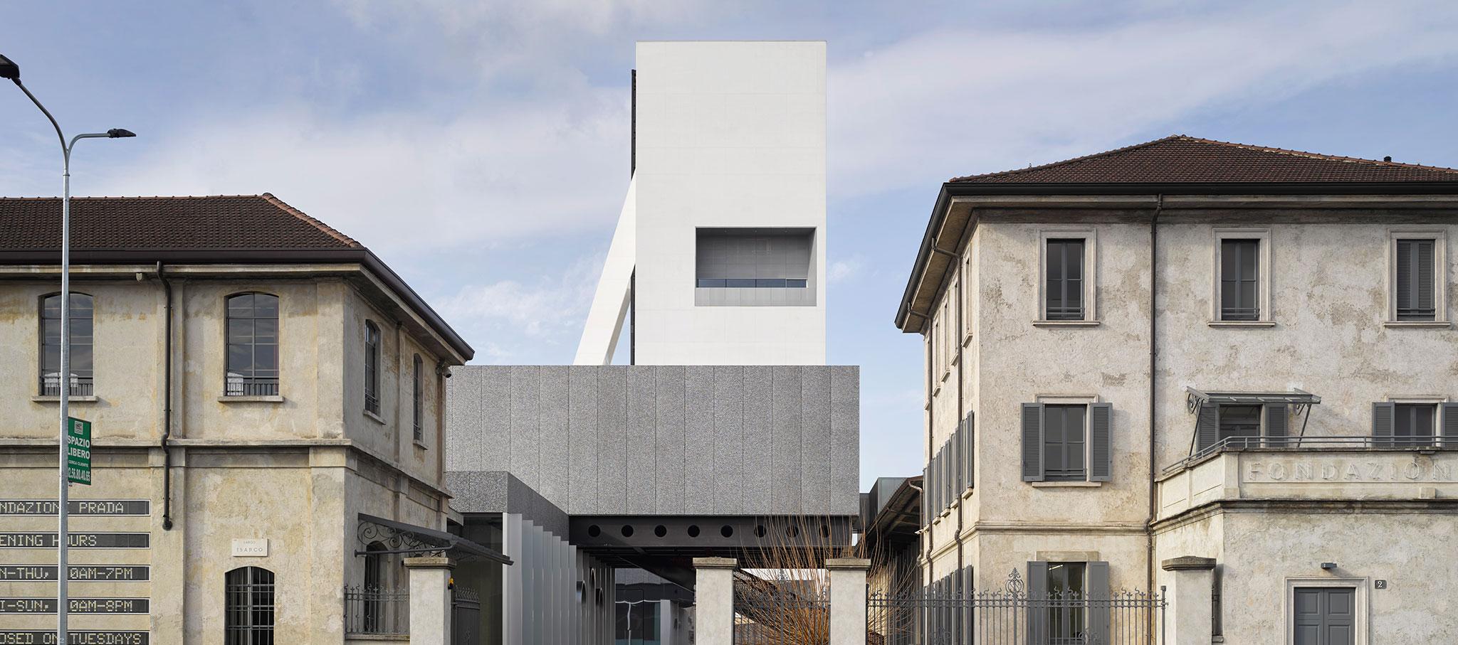 Vista desde el acceso. Torre Fondazione Prada, Milán. Proyecto de arquitectura de OMA. Fotografía por Bas Princen. Cortesía de Fondazione Prada