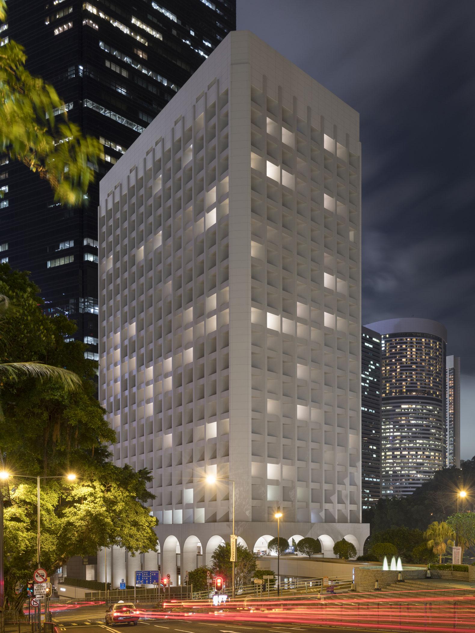 Vista exterior del Murray por la noche desde el Cotton Tree Drive. El Murray, un nuevo hotel para Hong Kong por Foster + Partners © Nigel Young / Foster+Partners