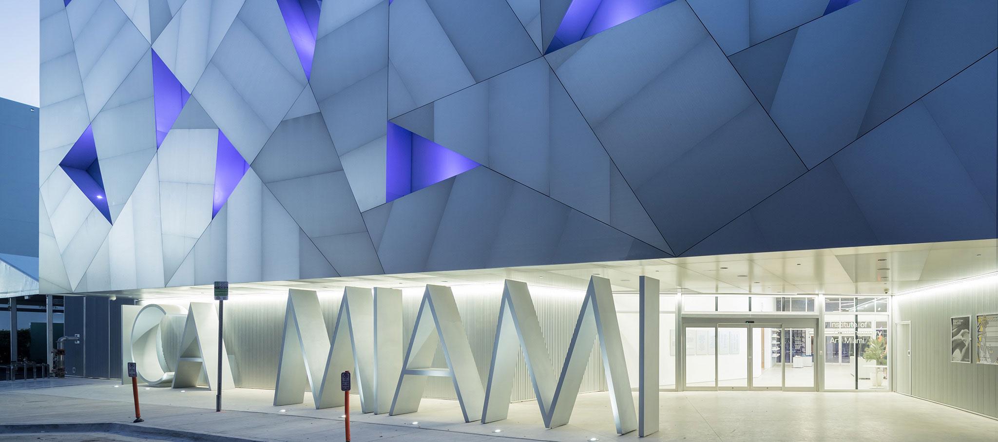 Vista nocturna exterior. Nueva sede de la Fundación ICA MIAMI por ARANGUREN + GALLEGOS Arquitectos. Fotografía © Iwan Baan