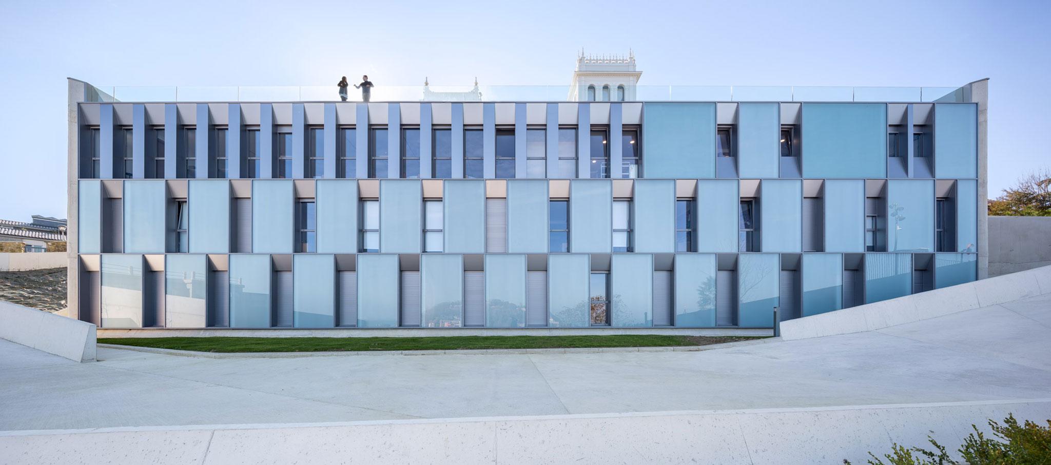 Líneas limpias para la fachada del Colegio Mayor Jaizkibel por ...
