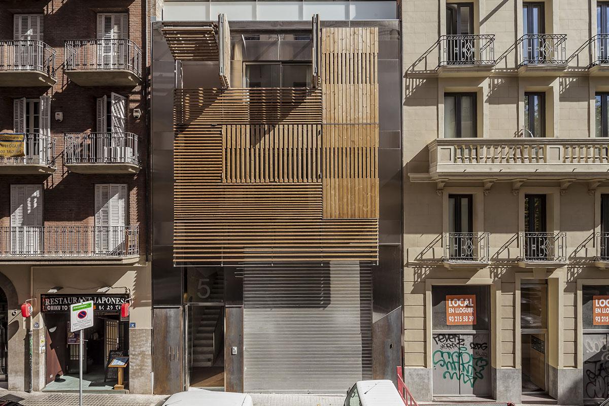 Edificio de Viviendas de Lujo por Josep Lluis Mateo. Fotografía © Adrià Goula