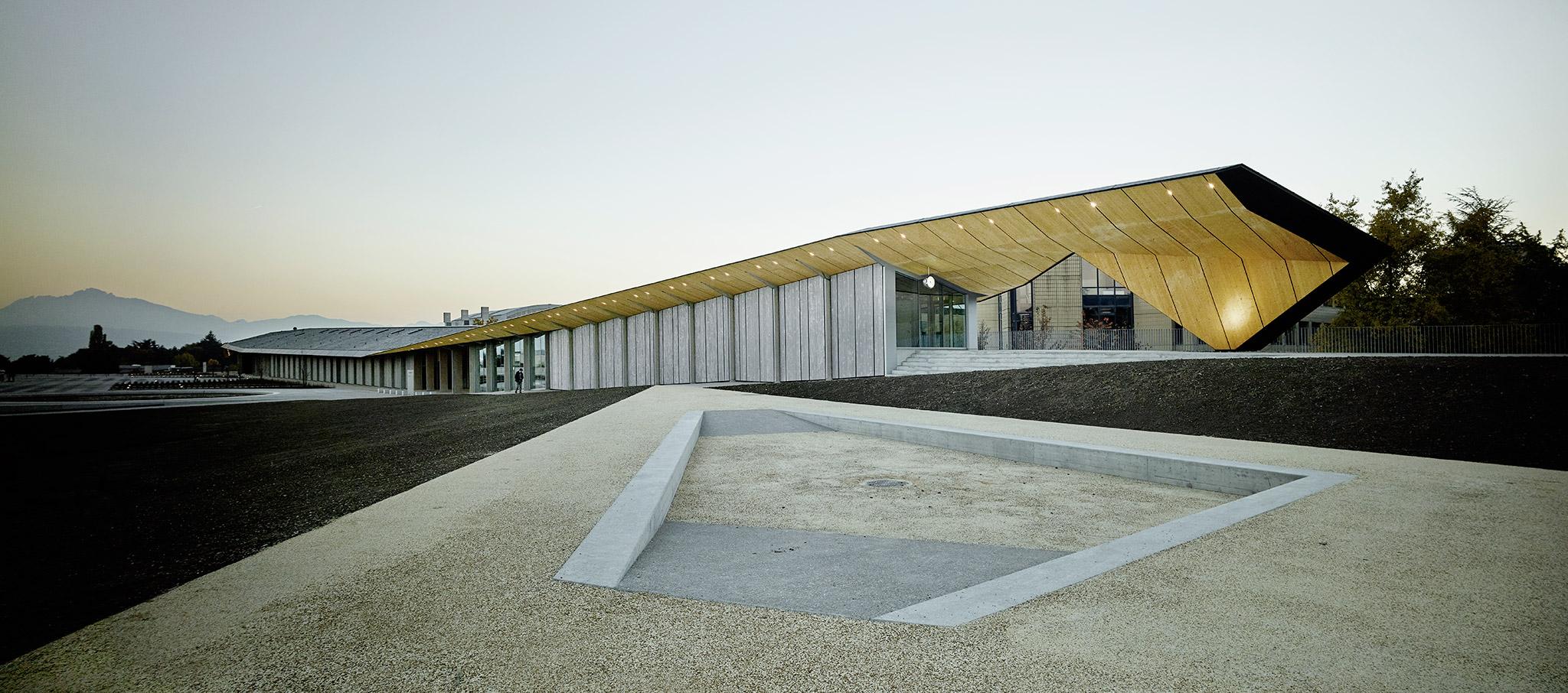 El edificio cobijado por 250 metros de techo de pizarra es el trabajo del arquitecto japonést Kengo Kuma. Fotografía © Valentin Jeck