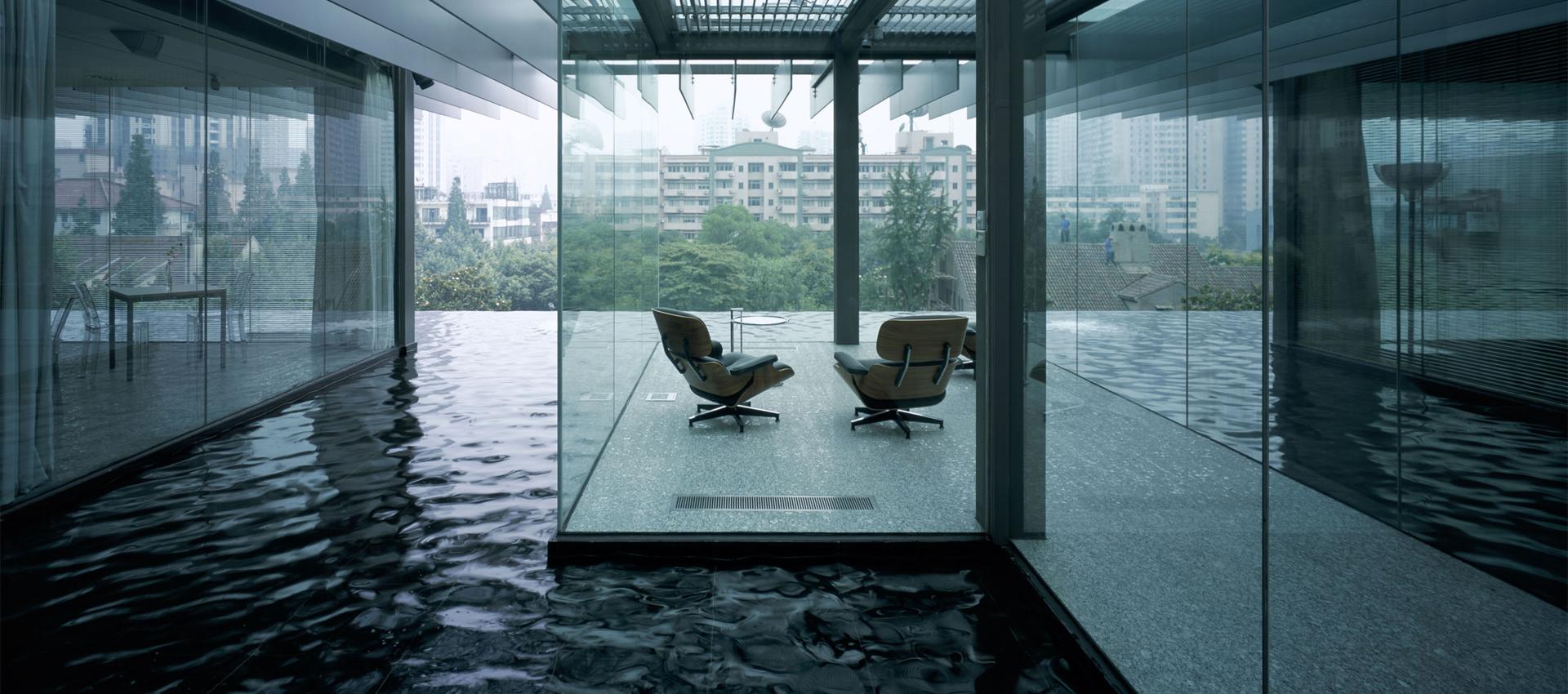 Vista interior por el jardín de agua en el Z58 por Kengo Kuma. Fotografía © Mitsumasa Fujitsuka. Imagen cortesía de Kengo Kuma and Associates