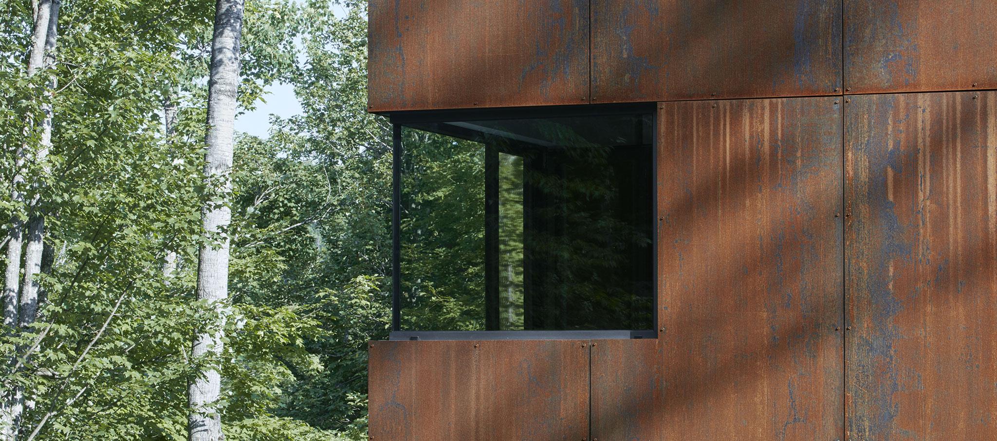Detalle de ventana. Casa en el Lago Charlebois por Paul Bernier. Fotografía por James Brittain