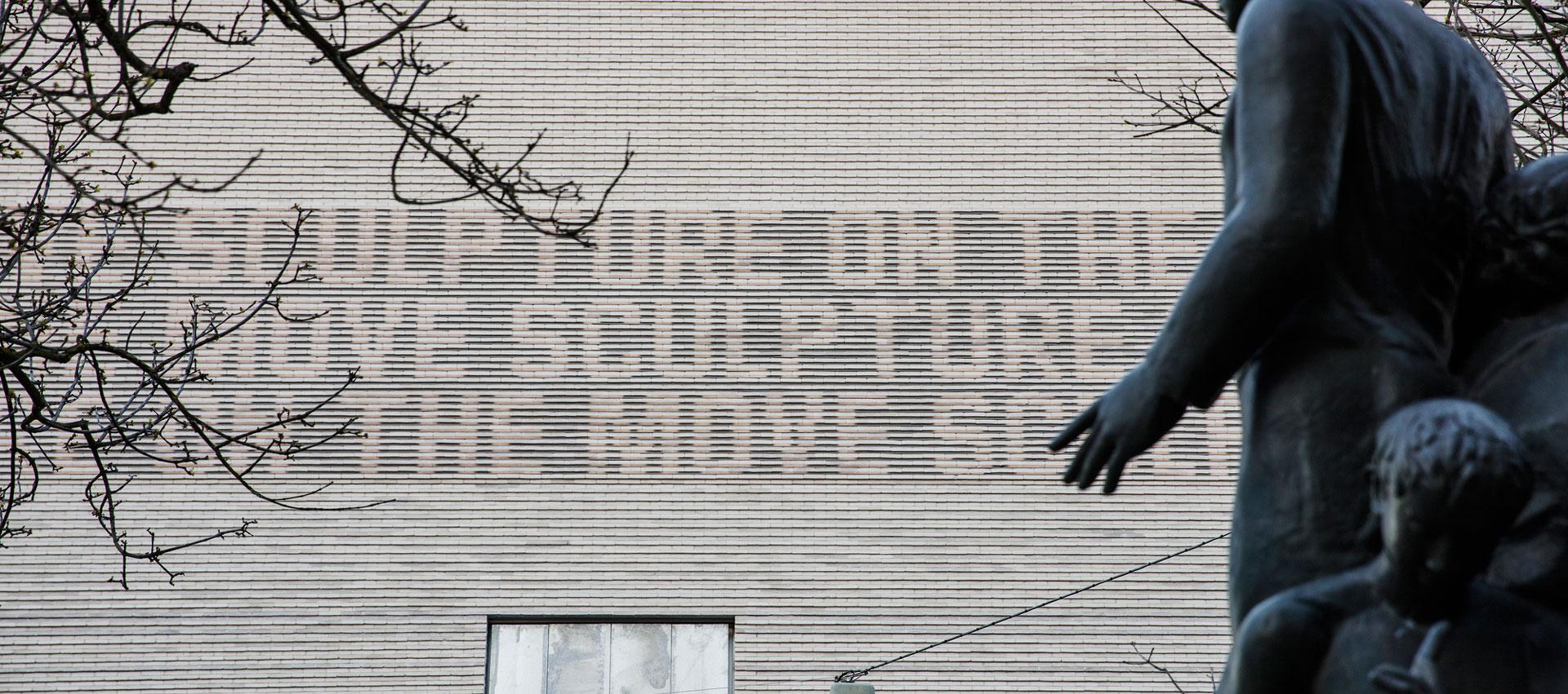 Friso tecnológico en la fachada del nuevo Kunstmuseum de Basilea por iart. Fotografía © Derek Li Wan Po
