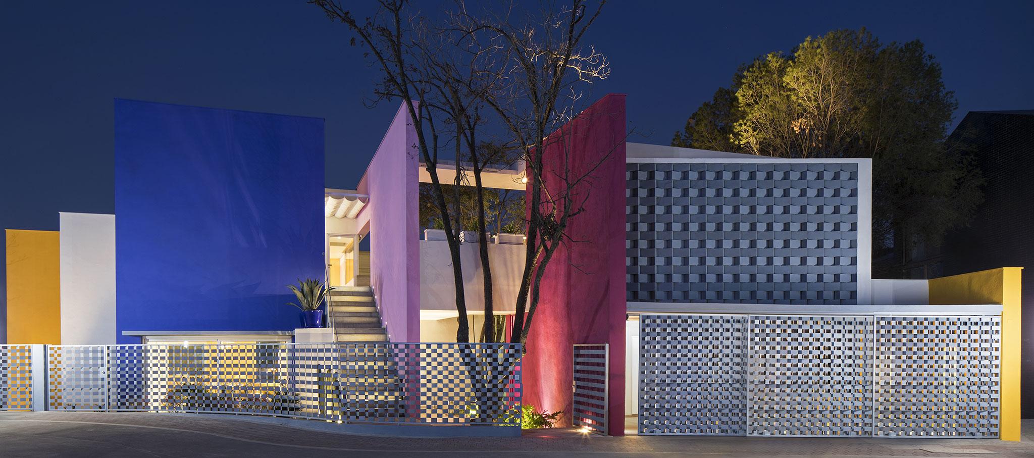 Vista nocturna exterior. Casa TEC 205 por Moneo Brock Studio. Fotografía © Adrián Llaguno