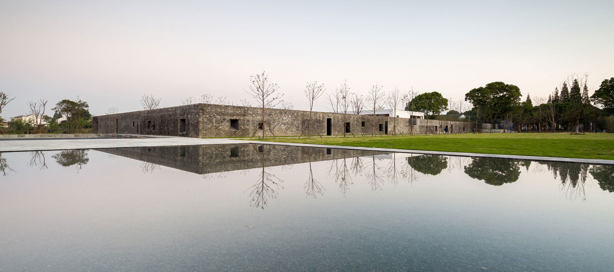Exterior view. The Walled,Tsingpu Yangzhou Retreat by Neri & Hu. Photograph © Pedro Pegenaute