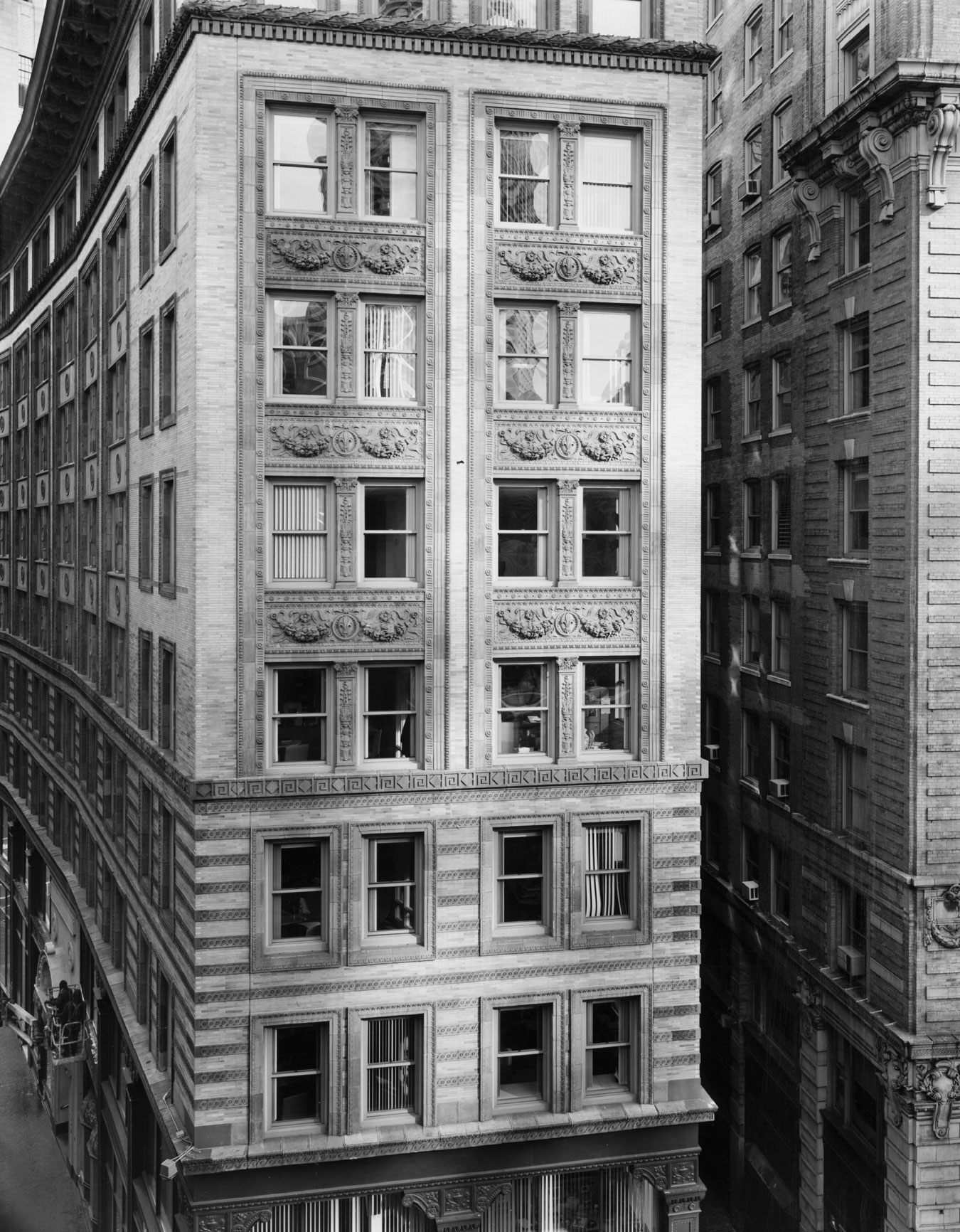 View of Washington Street, Boston [View East from Pi Alley, Boston]  2008, copy of 2009 Gelatin silver copy 34,6 x 27,3 cm. Photograph ©Nicholas Nixon. Courtesy of Fraenkel Gallery, San Francisco. Via Mapfre