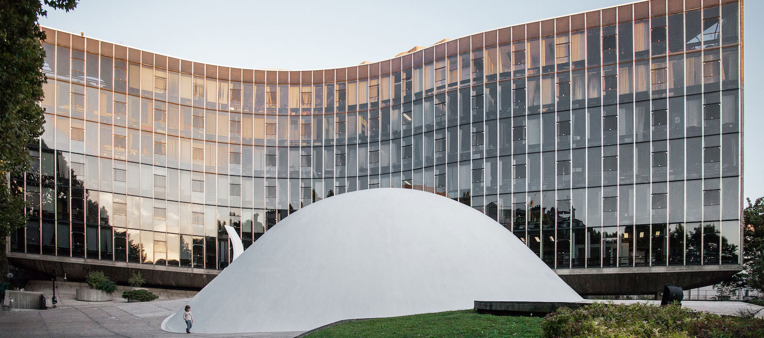 Sunset view. Communist Party Headquarters of Oscar Niemeyer. Photograph © Denis Esakov