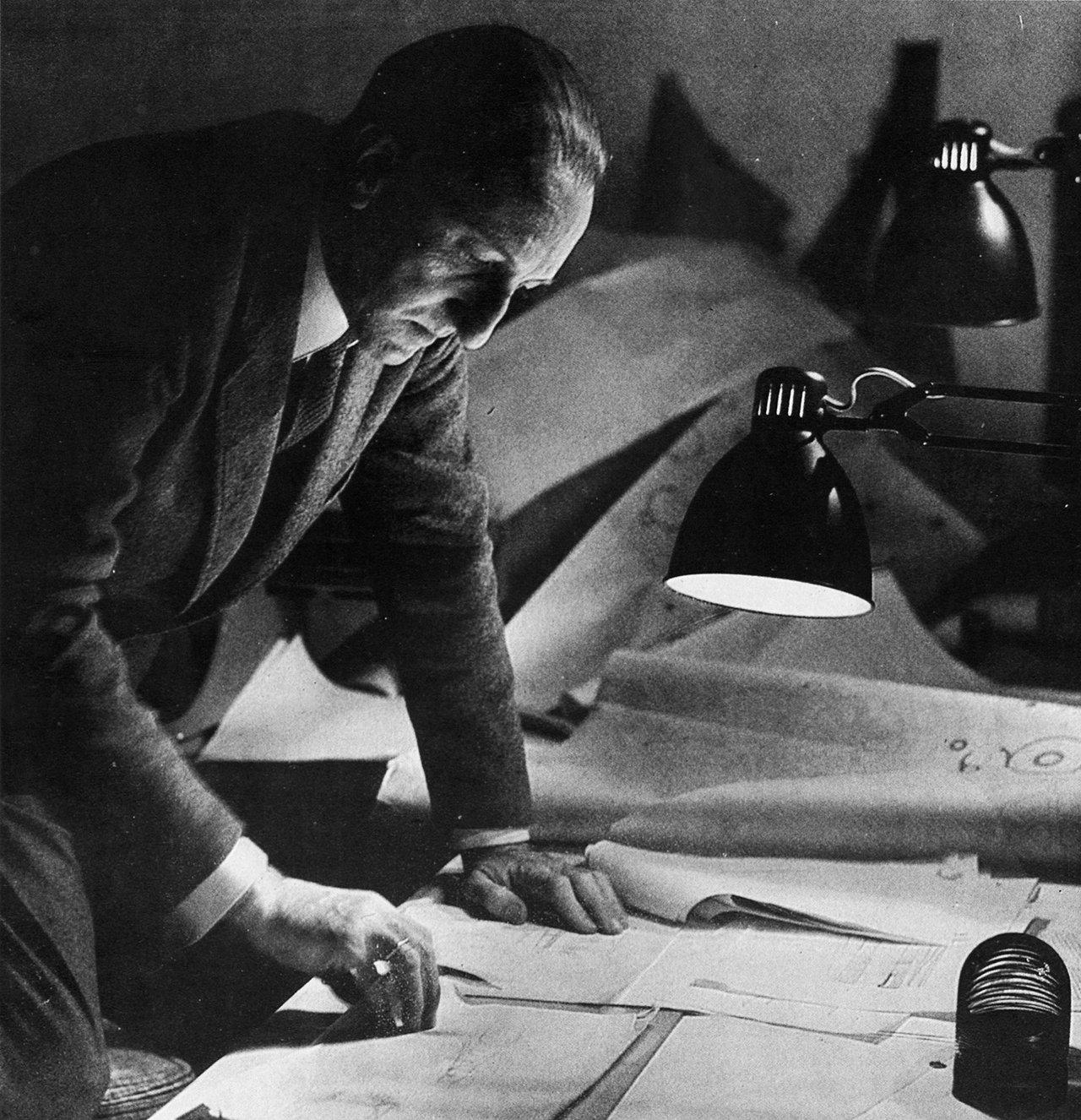 Francisco Javier Sáenz de Oíza en su estudio. No te mueras sin ir a Ronchamp (Sáenz de Oíza)
