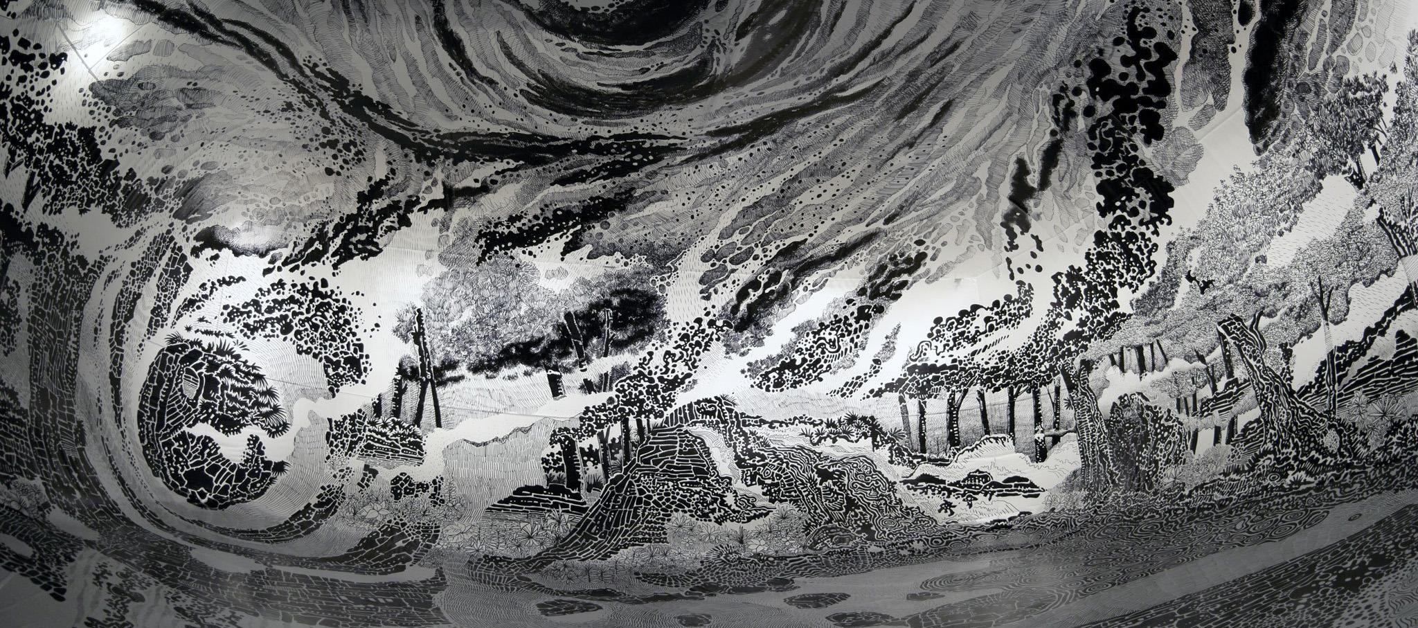"""Paradise 2018, dibujo, bolígrafo permanente en vinilo 10x7x4m. """"Oscar Oiwa en el Paraíso: Dibujando lo efímero"""" en la Japan House. Cortesía de Oscar Oiwa"""