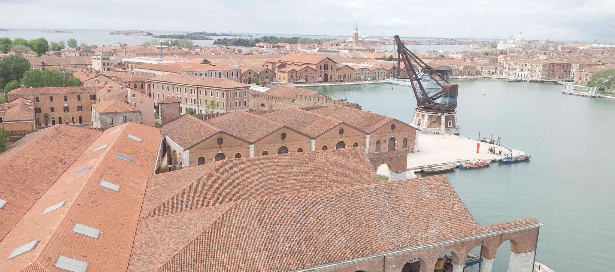 Visión general Arsenale. Fotografía de Andrea Avezzú. Imagen cortesía de La Biennale di Venezia