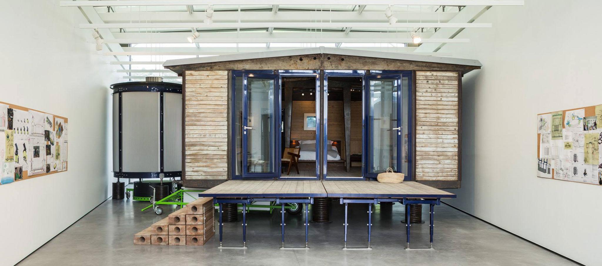 Casa empaquetad de 6x6 metros de Jean Prouvé, rediseñada por Rogers Stirk Harbour + Partners, en la galería de arte diseñada por Renzo Piano