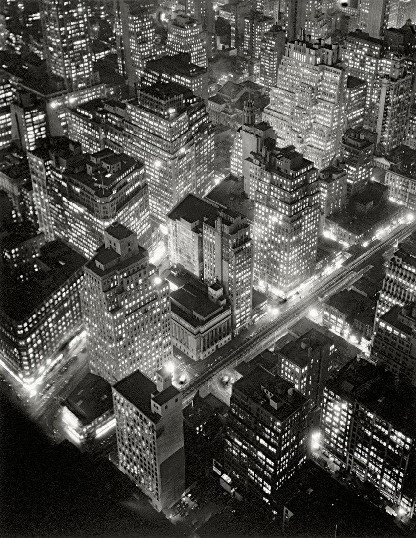 Berenice Abbott. Vista aérea de Nueva York de noche, 20 de marzo de 1936. 58,4 × 45,7 cm. Centro Internacional de Fotografía, Regalo de Daniel, Richard y Jonathan. Logan, 1984 (786.1984). © Getty Images/Berenice Abbott