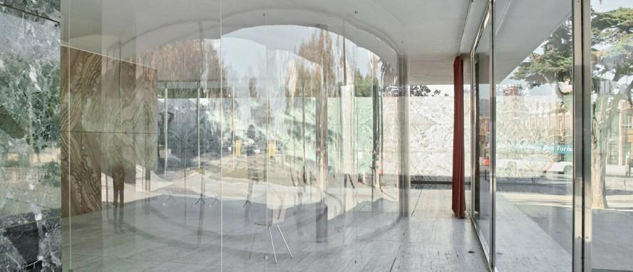 SANAA. Instalación en el Pabellón de Barcelona. Fotografía por Ramón Prat, cortesía vía Fundación Mies van der Rohe