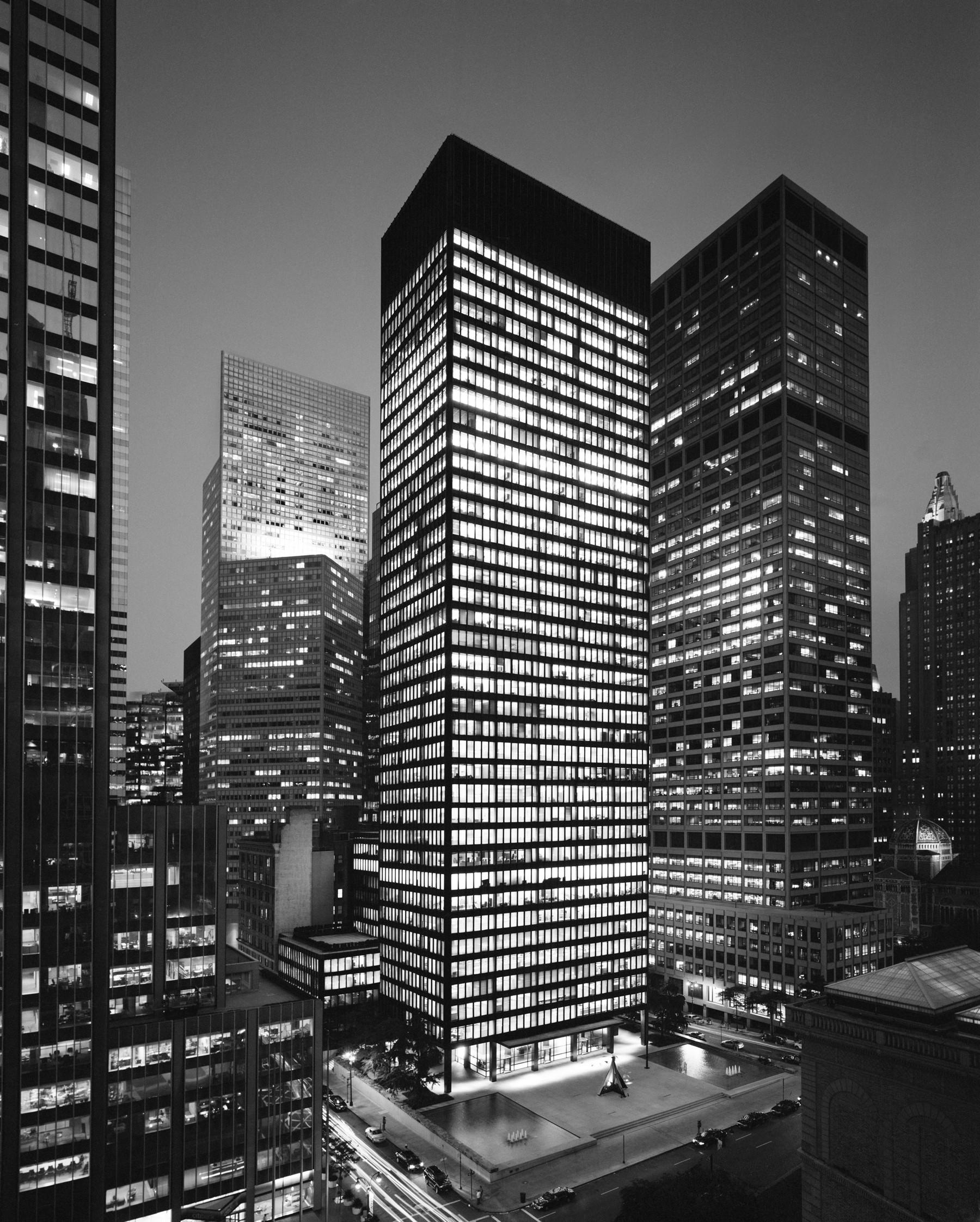 """1960 """"Fuente de inspiración"""" La plaza pública del Seagram Building se convierte en un lugar de reunión popular, inspirando a la Ciudad de Nueva York para promulgar nuevos incentivos de zonificación para que los promotores creen """"espacios públicos de propiedad privada."""" El Edificio Seagram y la fuente se presentan en la clásica película de 1961, Desayuno con diamantes, protagonizada por Audrey Hepburn"""