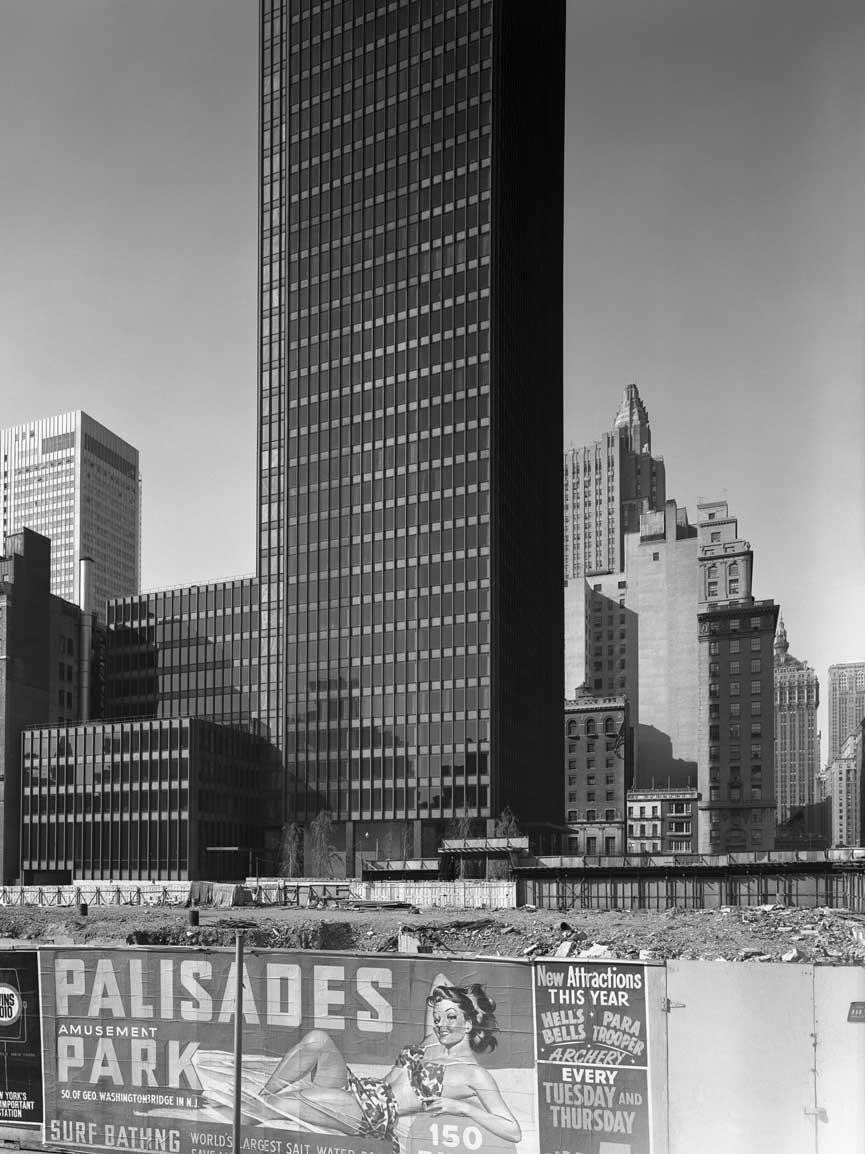 The Seagram Building is my choice as the millennium's most important building.  Por Herbert Muschamp. The New York Times, 18 de Abril de 1999