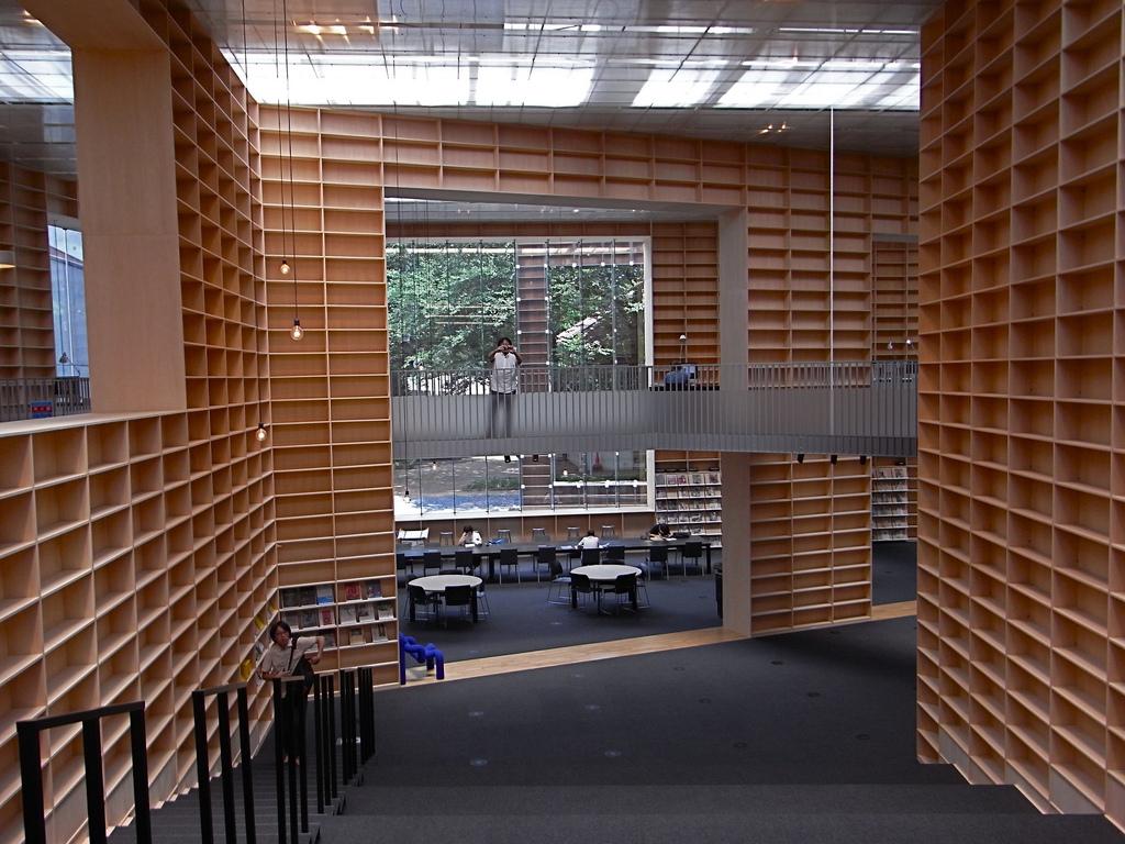Museo y Biblioteca de la Universidad de Arte de Musashino por Sou Fujimoto. Fotografía © Iwan Baan