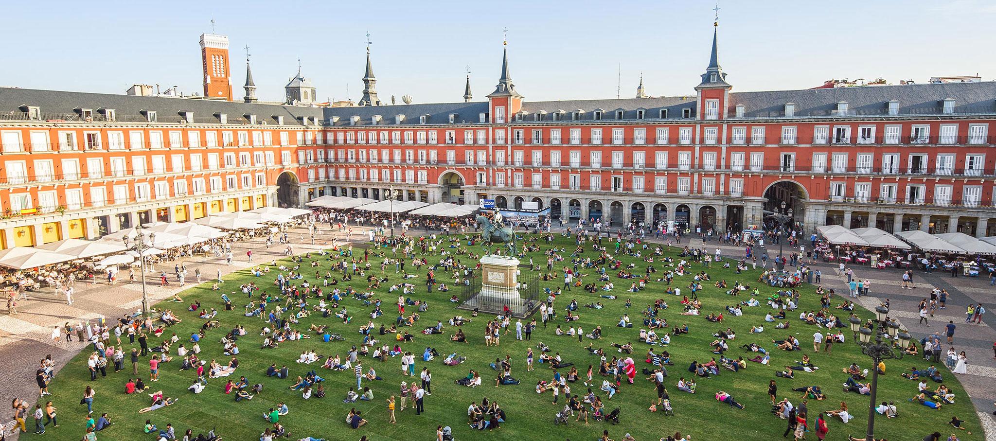 CESPED en la Plaza Mayor por SpY. Fotografía © Rubén P. Bescós