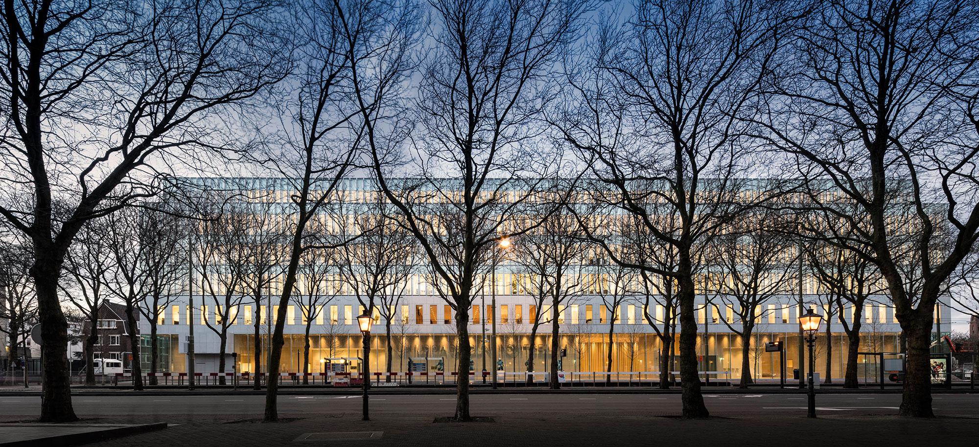 Vista exterior de la fachada de acceso. Corte suprema de los Países Bajos por KAAN Architecten. Fotografía © Fernando Guerra