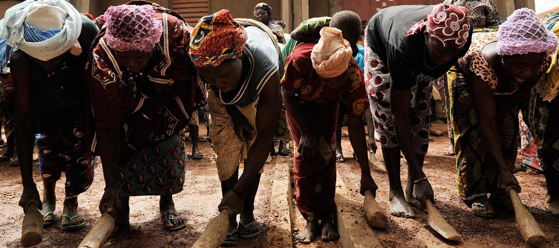 Mujeres trabajando. Viviendas para profesores en Gando por Kéré Architecture. Fotografía por Erik Jan Ouwerkerk